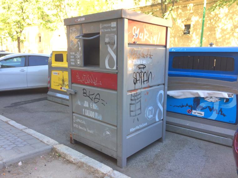 スペインの洋服を捨てるコンテナー