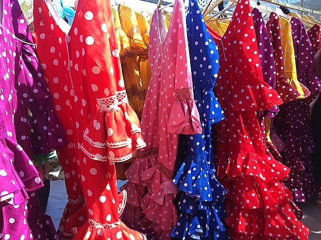 セビーリャのヒターノの青空市のフラメンカ衣装