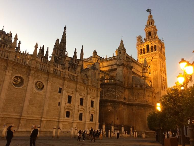 セビリア大聖堂とヒラルダの塔の夕暮れ