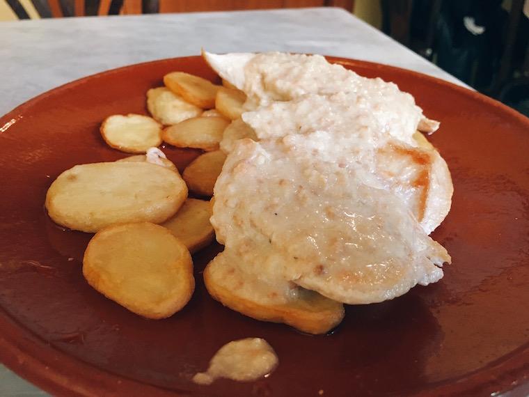 セビリアのバル「コロニアレス」のアーモンドソースの鶏胸肉