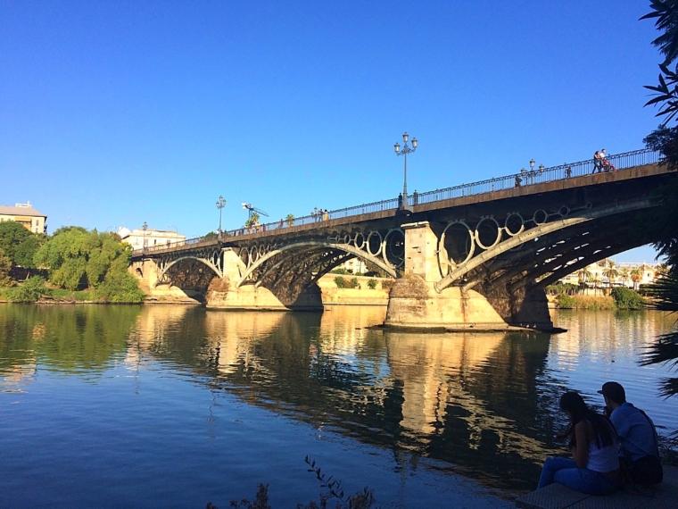 セビリアのトリアナ橋をトリアナ側から見た景色