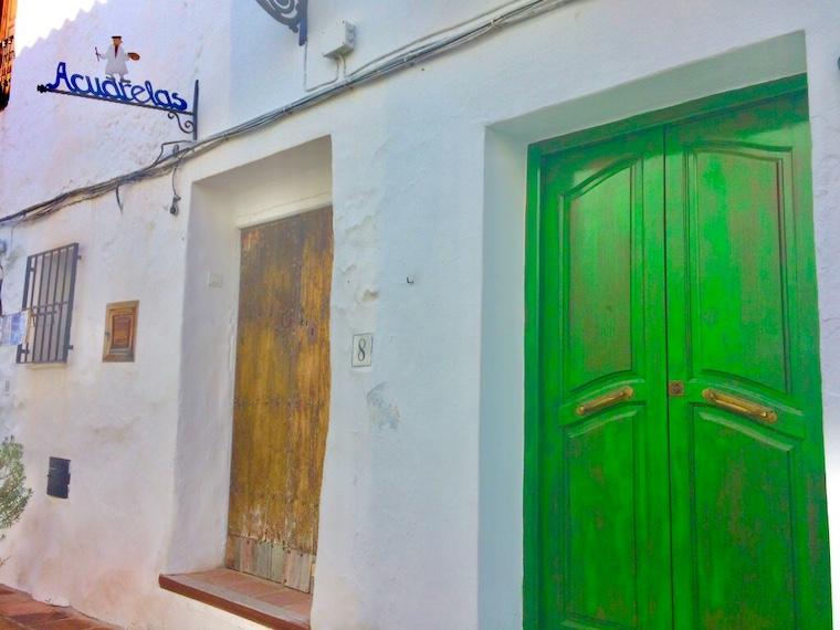 スペインの白い村フリヒリアナのドア