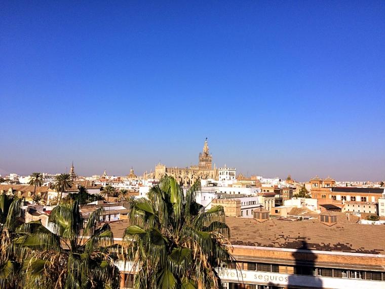 セビリアの黄金の塔頂上からヒラルダの塔を見る