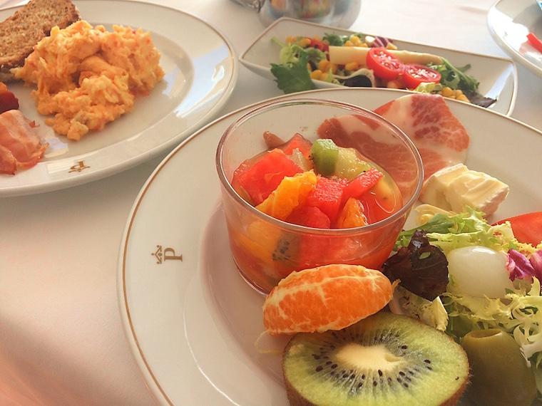 ネルハのパラドールの朝食ビュッフェ