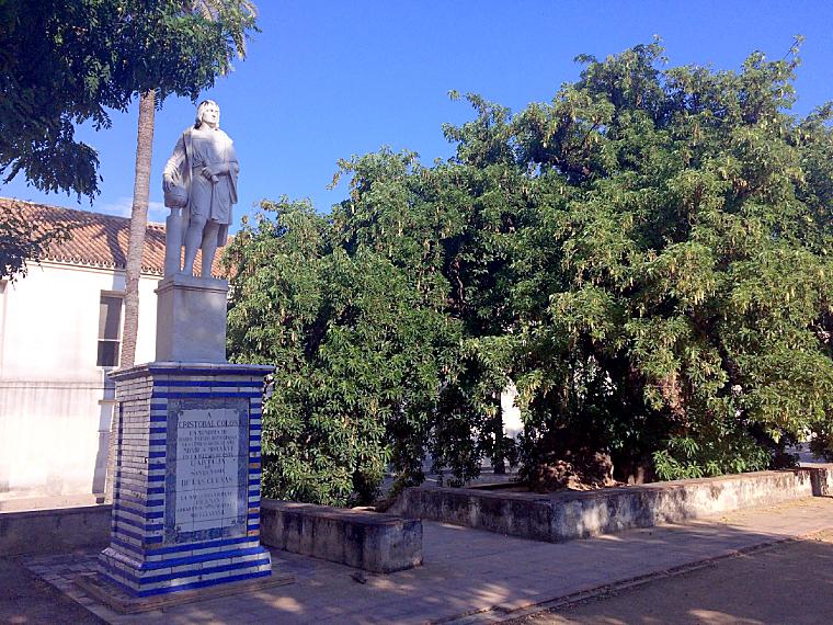セビリアのカルトゥハ修道院の庭園のコロンブス像