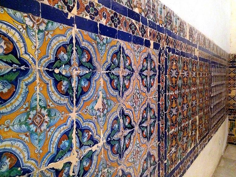 セビリアのカルトゥハ修道院の壁のタイル