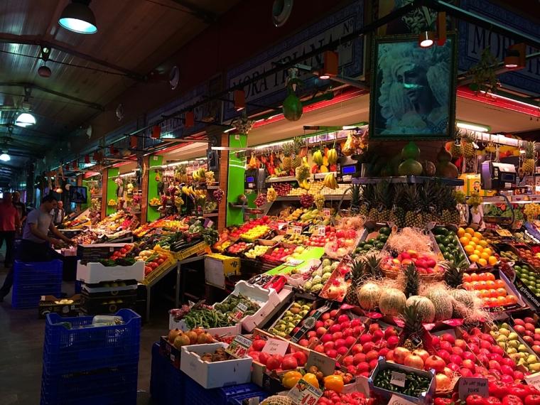 セビリアトリアナの市場のフルーツ