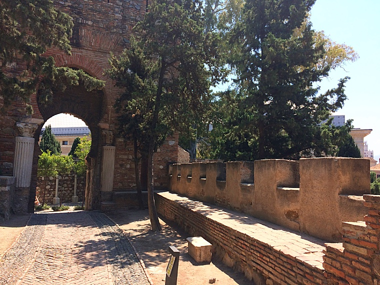 マラガのアルカサバの柱でできた門