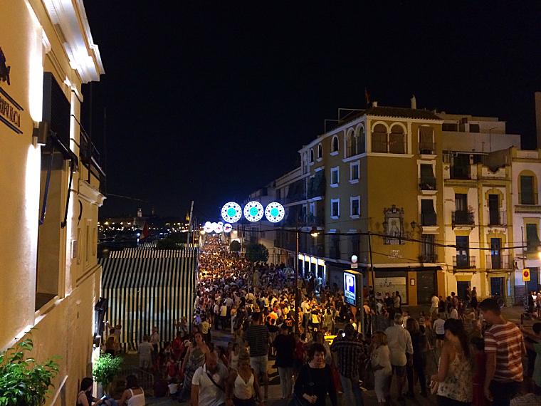 トリアナの夏祭りベラ・デ・サンタ・アナの混雑