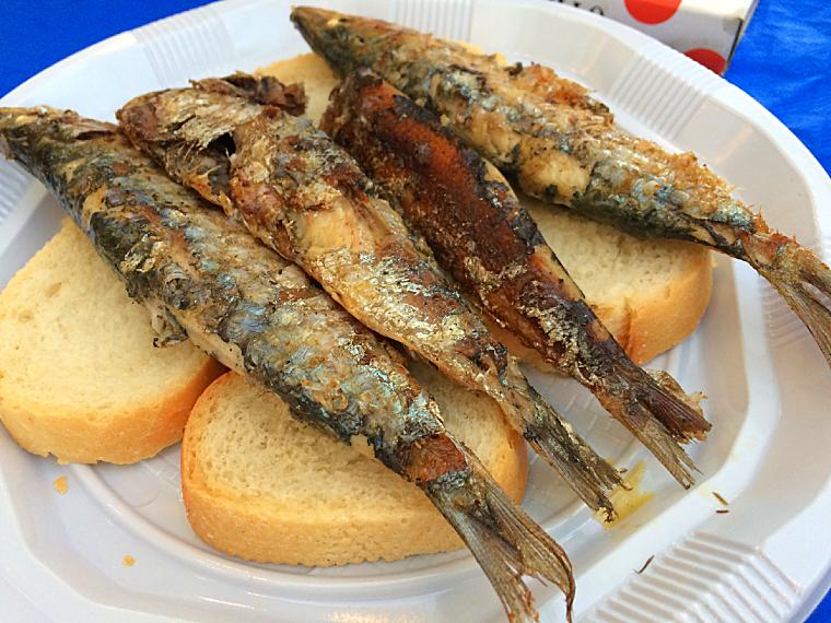 トリアナの夏祭りベラ・デ・サンタ・アナのイワシの串焼き