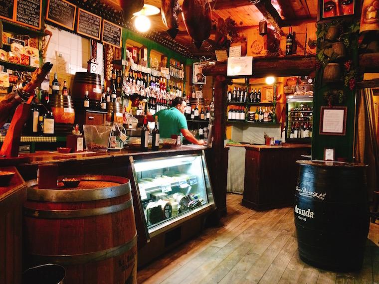 トリアナのバル「La Antigua Abacería」の店内