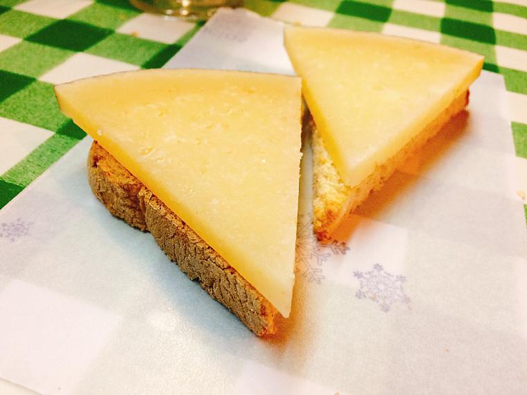 トリアナのバル「La Antigua Abacería」のマンチェゴチーズ