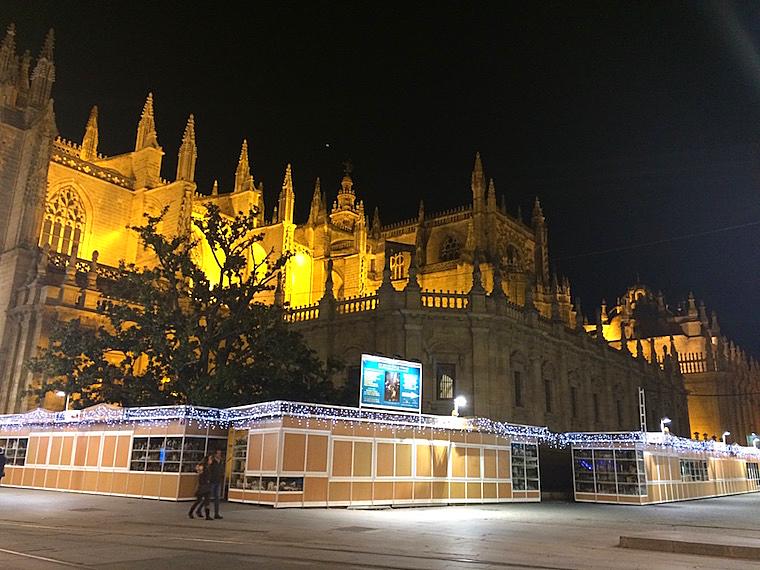 セビリアのクリスマスイルミネーションとセビリア大聖堂