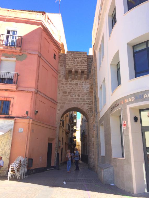 スペインのカディス大聖堂の隣にある門