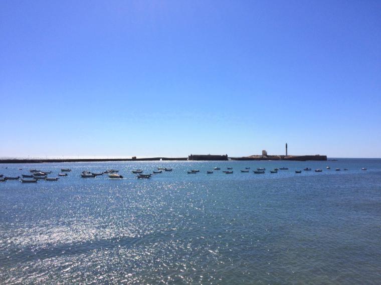 スペインのカディスの海に浮かぶ小舟