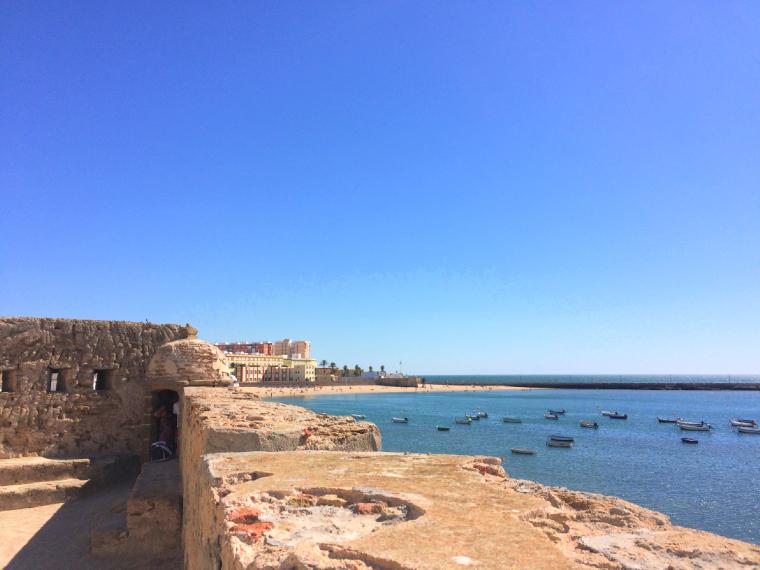 スペインのカディスにあるサンタ・カタリーナ城からの眺め