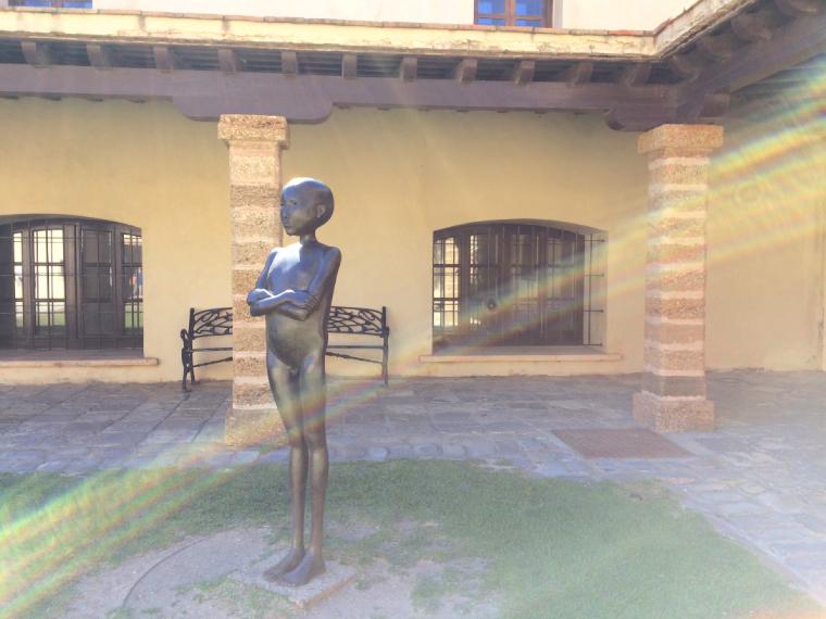 スペインのカディスにあるサンタ・カタリーナ城の中庭
