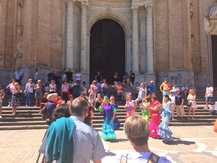 スペインのカディスのカテドラル前でフラメンコ