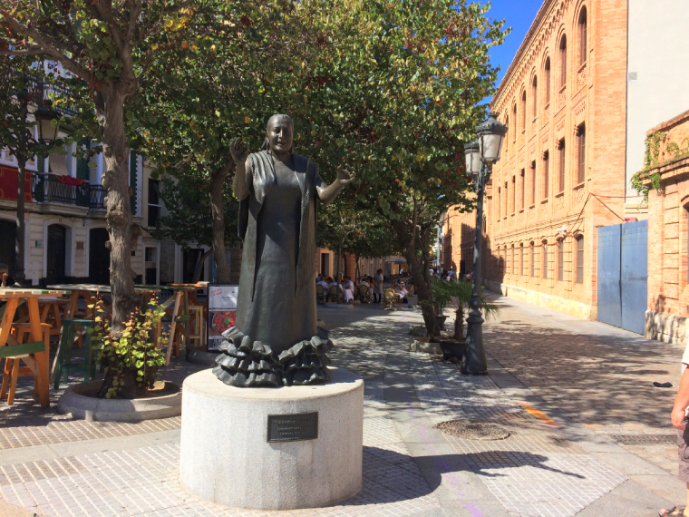 スペインのカディスにあるペルラ・デ・カディスの銅像