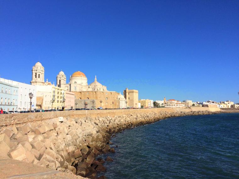スペインのカディスの海沿いとカテドラル
