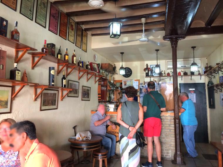 ヘレスのタバンコでシェリー酒を飲む人たち