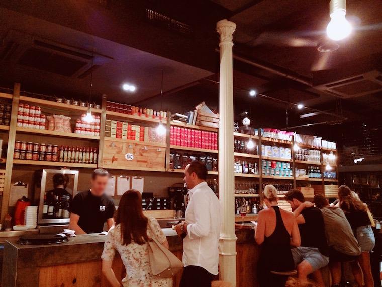セビリアのおしゃれなバル「OVEJAS NEGRAS」の店内