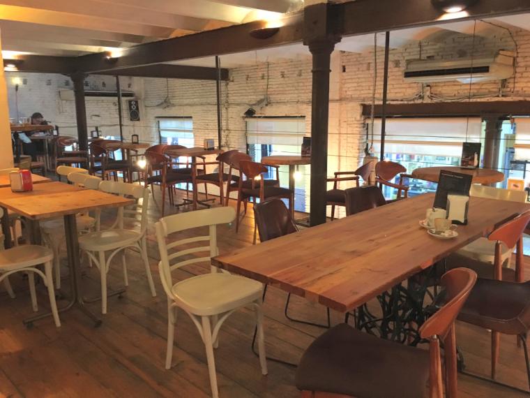 セビリアのWiFiカフェ「Emeprador Trajano」の店内