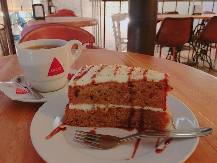 セビリアのWiFiカフェ「Emeprador Trajano」のケーキ