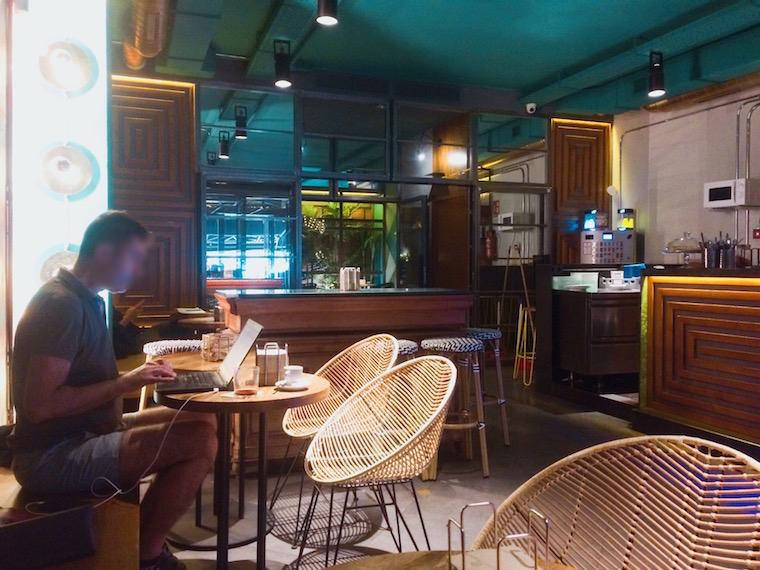 セビリアのWiFiバル「Gigante Bar」の店内