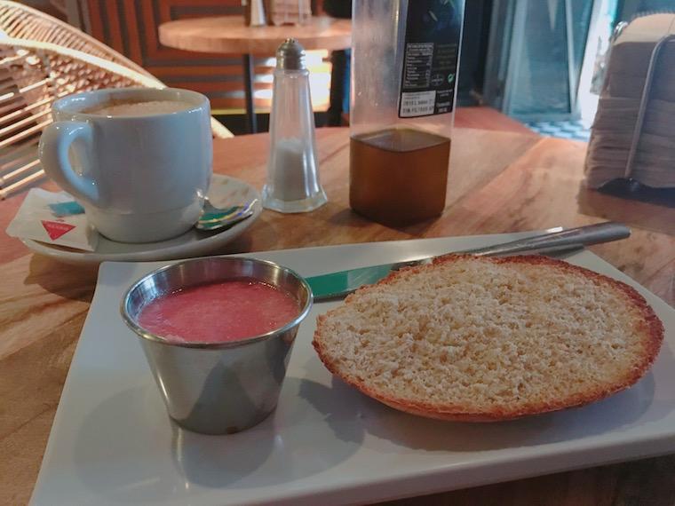 セビリアのWiFiバル「Gigante Bar」の朝食トースト