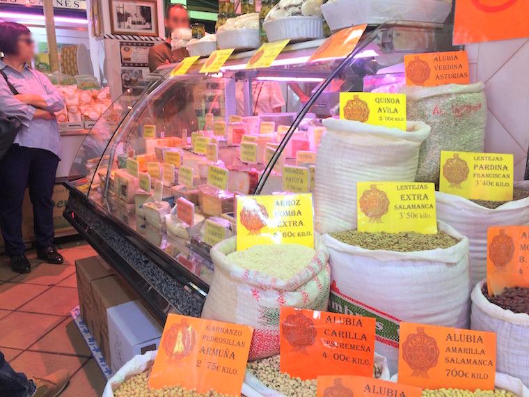 セビーリャのフェリア市場のチーズ売り場