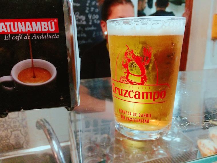 セビリアのペーニャ「トーレス・マカレナ」のカウンターでビール