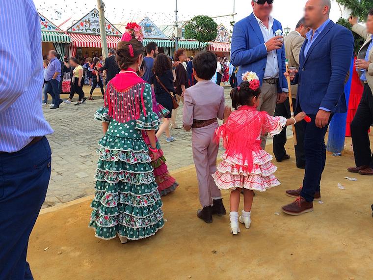 セビーリャの春祭りの衣装を着た子供