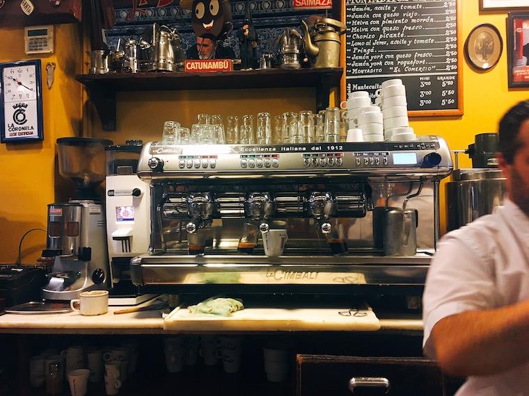 セビリア中心部のチュロス専門店「El Comercio」のコーヒーマシン
