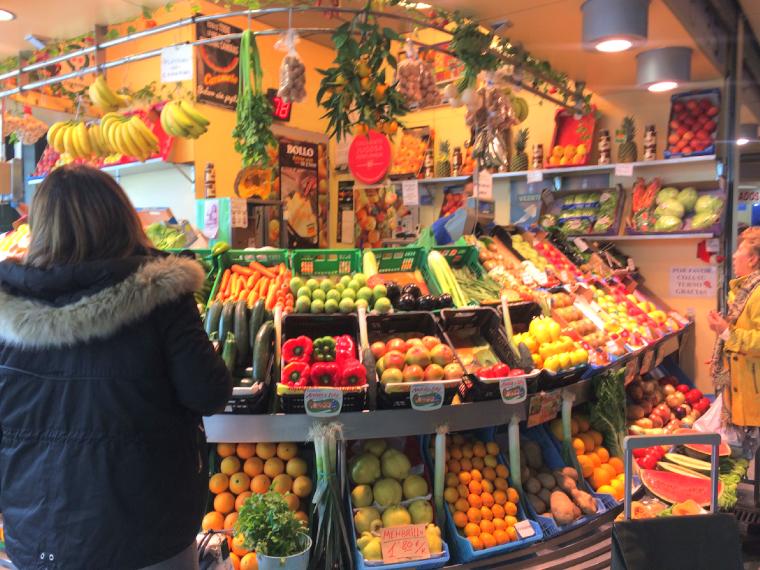 セビリアのエンカルナシオン広場の市場の八百屋