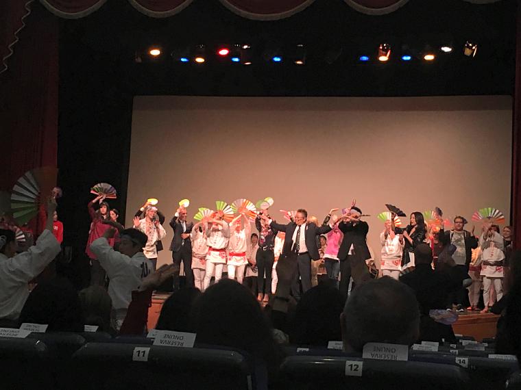 コリアデルリオのサンドウィッチマン公演のすずめ踊り