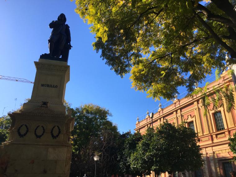 セビリア美術館前のムリーリョの像とオレンジの木