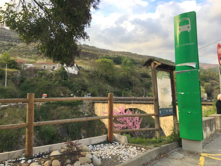 カベスエラ・デル・バジェの村のバス停