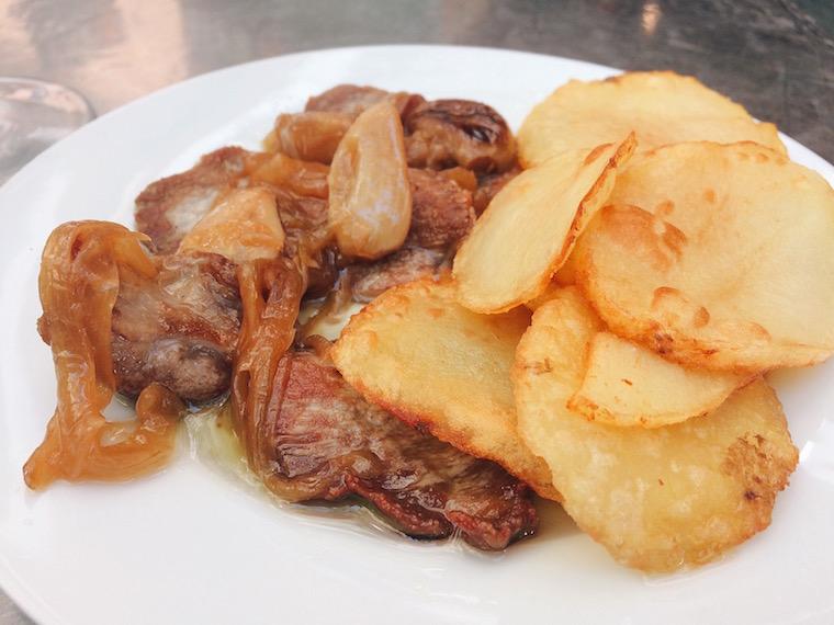 セビリアの名物料理タパス。豚肉のウィスキーソース