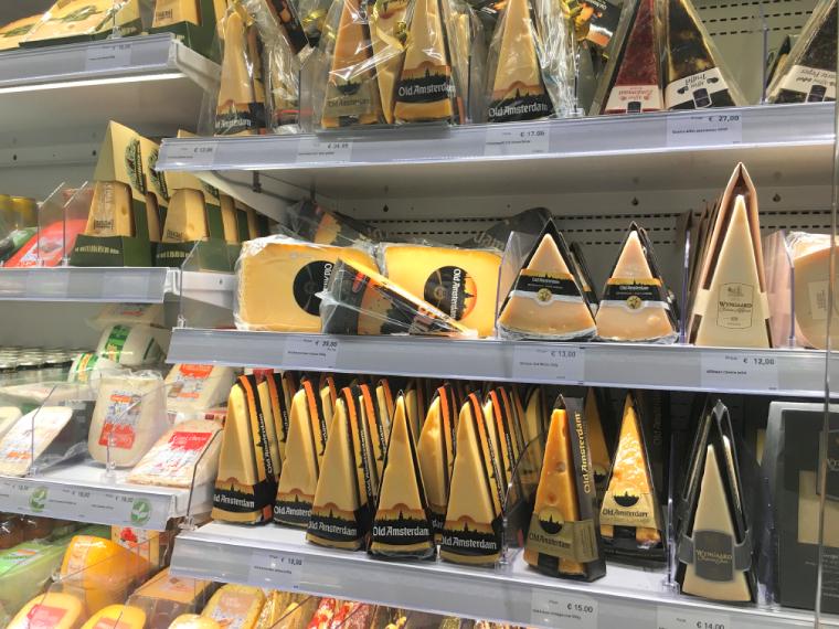 オランダアムステルダムのスキポール空港のチーズ