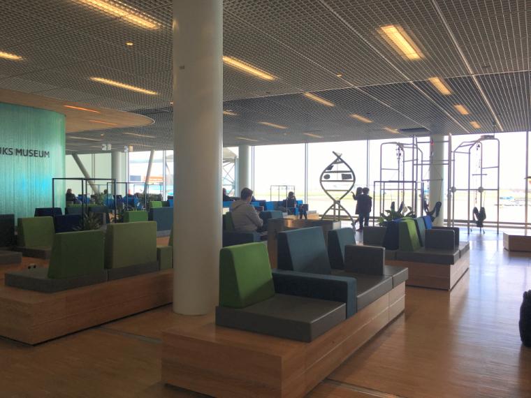 オランダアムステルダムのスキポール空港のソファ