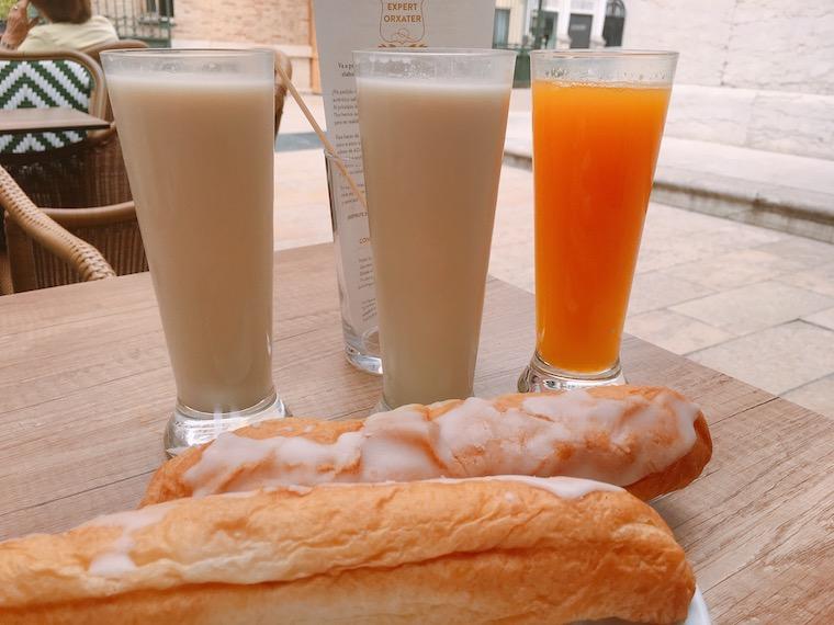バレンシアのオルチャテリア「カサデオルチャタ」のオルチャータとファルトン
