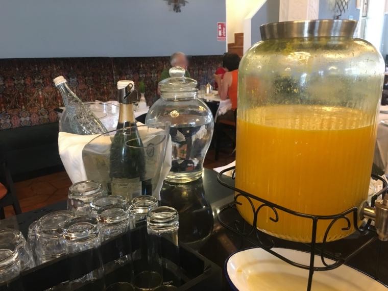 クエンカのパラドールの朝食のシャンパンとオレンジジュース