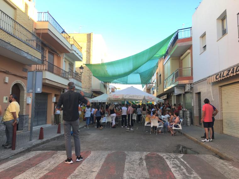 モロンのローカルなお祭り「ベルベナ・デ・パンタノ」で飲む若者たち