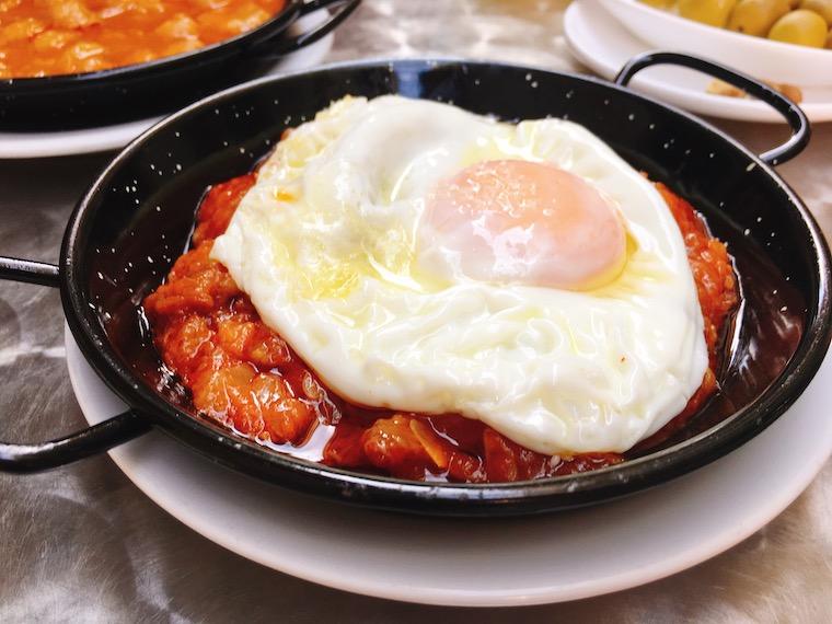 セビリアのバル「kiko de la chali」の卵付きピスト