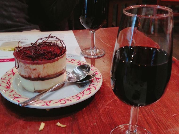 セビリアのバル「ロブレス プラセンティネス」のデザートワインとティラミス