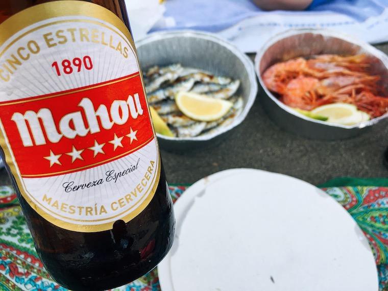 リンコン・デ・ラ・ビクトリアのイワシと海老の串焼きとビール