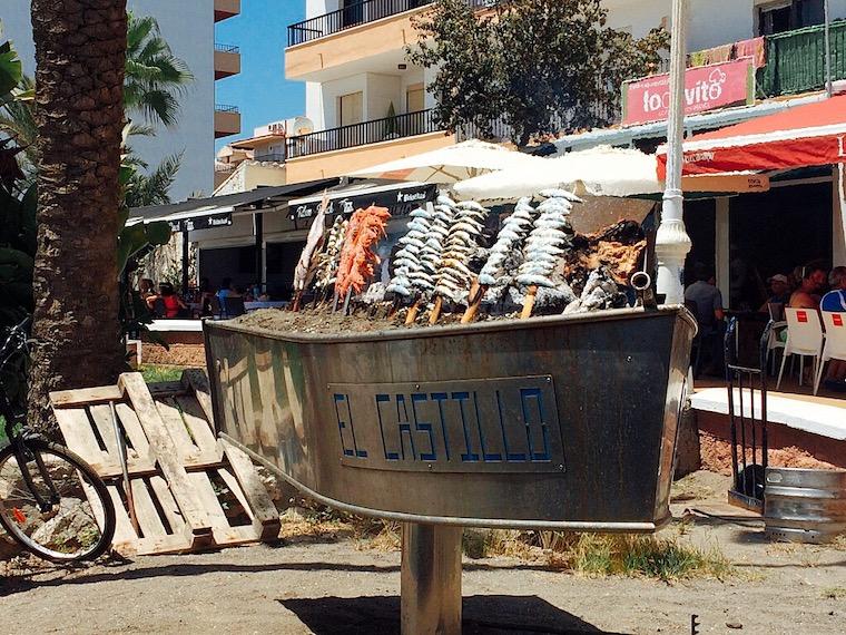 リンコン・デ・ラ・ビクトリアのイワシと海老の串焼き