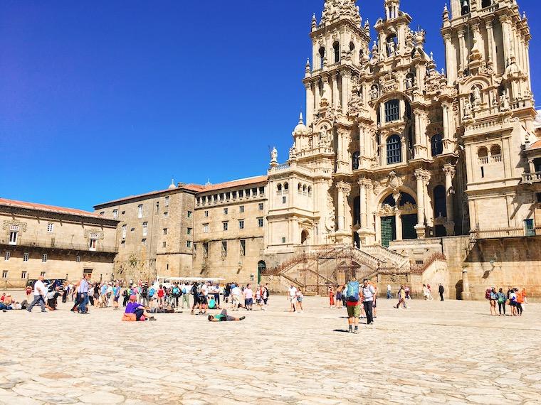 サンティアゴ・デ・コンポステーラ大聖堂を見上げる巡礼者