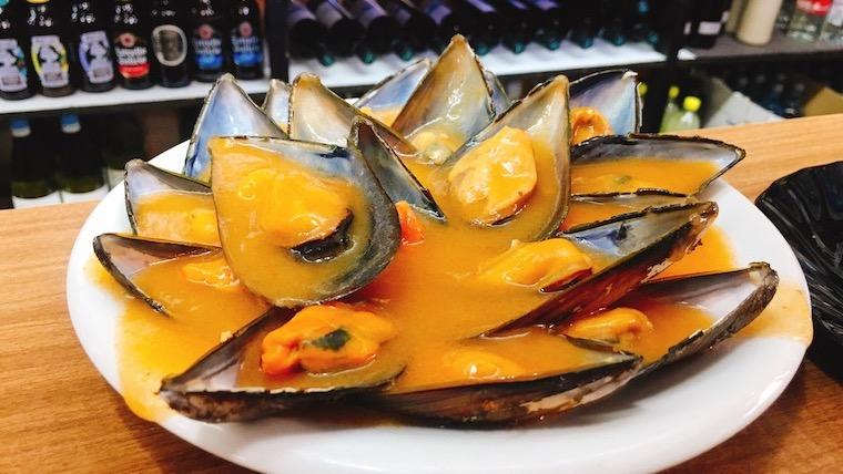 サンティアゴ・デ・コンポステーラのバルでピリ辛ムール貝とピーマン素揚げ!【北スペイン旅行記】